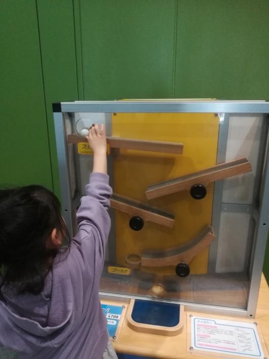 子出かけ子連れお出かけ子連れ旅行大阪市立科学館2階シーソーボール
