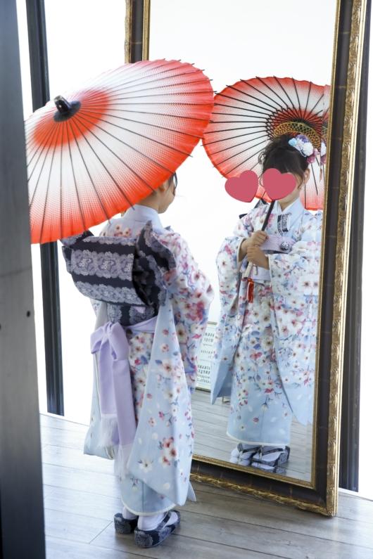 姉妹一緒に七五三撮影かわいいジルスチュアート着物お揃いスタジオ4c。大阪貸切フォトスタジオおしゃれ和傘鏡