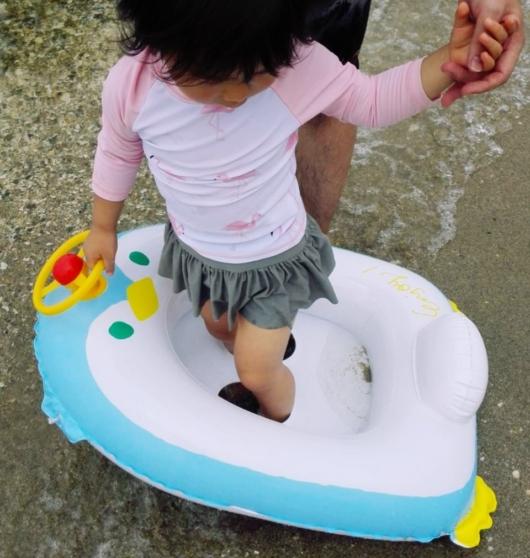 浮き輪幼児幼児足入れハンドル付き3coins子連れ海水浴持ち物リスト5歳2歳2児のママおすすめ水着サンダル海遊び日焼け対策